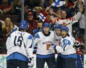 图文:冬奥男子冰球铜牌战 芬兰队为进球欢呼