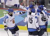 图文:冬奥男子冰球铜牌战 芬兰队大肆庆祝