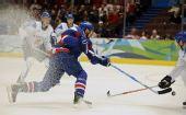 图文:冬奥男子冰球铜牌战 赛场冰花四溅