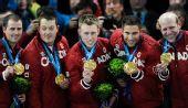 图文:男子冰壶加拿大6-3挪威 队员展示金牌