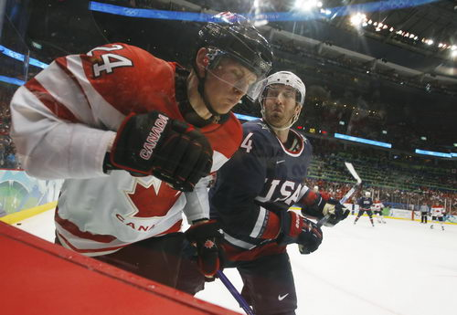 图文:男子冰球加拿大击败美国 双方比赛中争抢