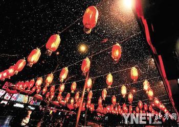 昨晚,北京簋街一餐馆前的红灯笼成为雪中一景