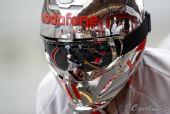 图文:2010赛季前F1试车结束 迈凯轮工作人员