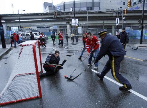 图文:男子冰球决赛球迷疯狂 警察守门员倒地