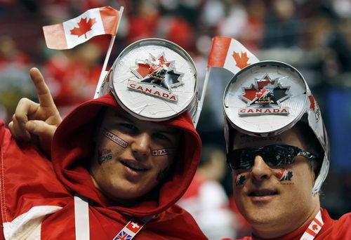 图文:男子冰球决赛球迷疯狂 加拿大队球迷