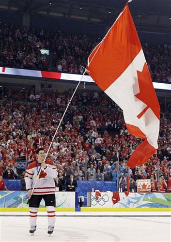 图文:颁奖仪式加拿大疯狂庆祝 颁奖后挥动国旗