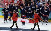 图文:加拿大冰球3-2美国夺冠 加拿大国旗入场