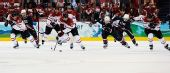 图文:加拿大冰球3-2美国夺冠 赛场上疯狂厮杀