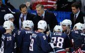 图文:加拿大冰球3-2美国夺冠 美国教练讲战术