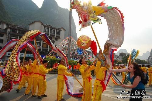 老外舞动中国龙 10万中外游客居民闹元宵