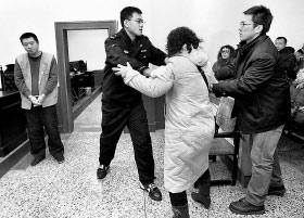 嫌犯吕华荣被带上法庭,死者家属冲过去泄愤,被法警拦住 本报记者 白桄 摄