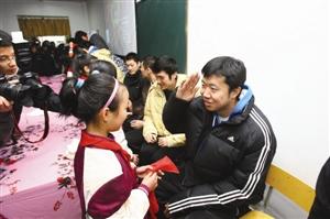 王治郅向给其系红领巾的学生敬礼 记者 张培坚 摄