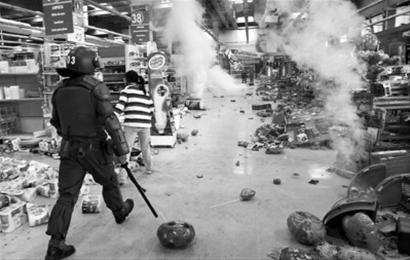 智利一家超市遭到哄抢,政府决定动用军队维持治安。