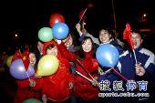 图文:中国代表团载誉归国 群众们非常热情