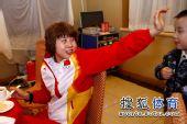 图文:中国代表团载誉归国 转身打着招呼