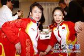 图文:中国代表团载誉归国 金牌情侣合影