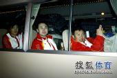 图文:中国代表团载誉归国 隔着窗户打招呼