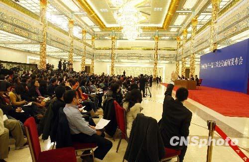 3月2日,全国政协十一届三次会议首场新闻发布会在北京人民大会堂举行。大会发言人赵启正就如何看待2010年中美关系走向问题表示,今后为了中美双方利益,美国应该多一点儿合作,少一点儿遏制。 中新社发 张宇 摄