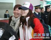图文:中国代表团载誉归国 张丹帽檐压得很低