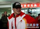 图文:中国代表团载誉归国 张昊跟人打招呼