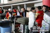 图文:中国代表团载誉归国 选手们机场外等待