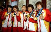 图文:中国代表团载誉归国 全队骄傲展示金牌