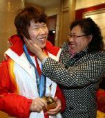 图文:中国代表团载誉归国 周洋和妈妈很亲密
