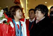 图文:中国代表团载誉归国 王�饔肼杪杞惶�