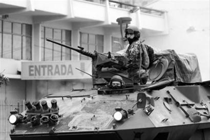 3月1日,智利士兵在康塞普西翁街头巡逻,防止抢劫和维持秩序。