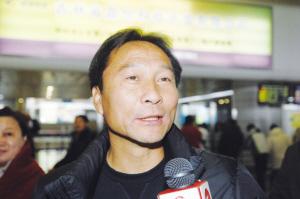 沈祥福感受到了家乡人的热情  记者 李杨 摄
