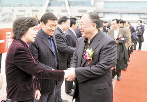 昨日下午,参加十一届全国人大三次会议的代表乘机离渝。
