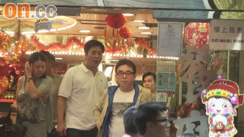 吕方吃完消夜即登上郑裕玲所送的跑车离去。