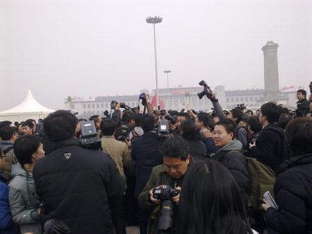 """2010年3月3日下午全国政协十一届三次会议开幕 ,记者在会场""""围堵""""出席政协会议代表。 摄影 于盟"""