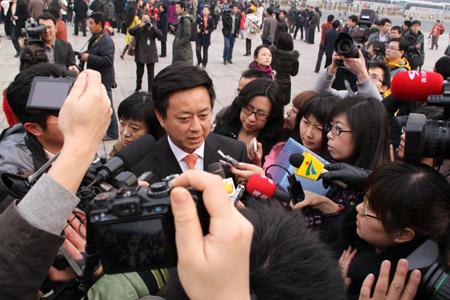 政协委员、中央电视台主持人朱军接受记者采访  摄影 董玮