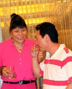 """资料图片: 拍摄于河南平顶山某饭店,海霞在订婚仪式上在向她得来不易的""""未婚夫""""敬酒"""