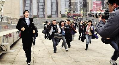 3月3日,全国政协十一届三次会议开幕式召开,开幕式结束后,刘翔为了躲避记者的围追堵截,跑步离开了现场。