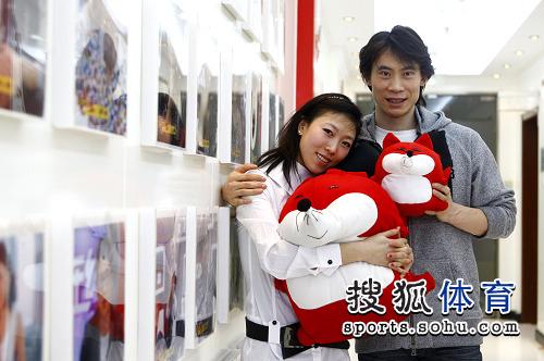 图文:庞清/佟健做客搜狐 两人十分亲密