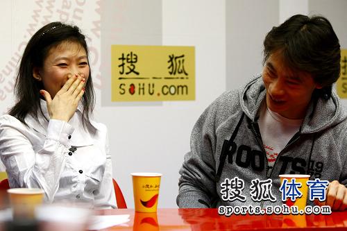 图文:庞清/佟健做客搜狐 庞清掩面微笑