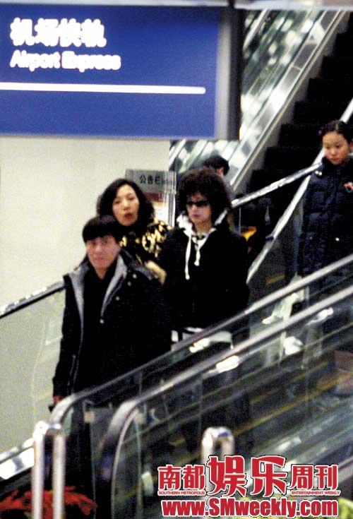 """刘晓庆在机场""""一拖二"""""""