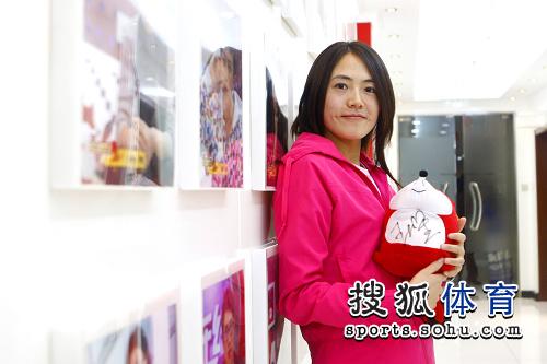 图文:速滑名将王北星做客搜狐 怀抱小狐狸