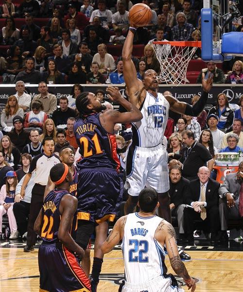 霍华德/图文:[NBA]勇士VS魔术 霍华德轻松扣篮
