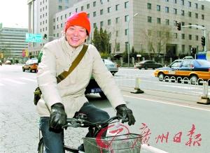 濮存昕骑自行车支持环保