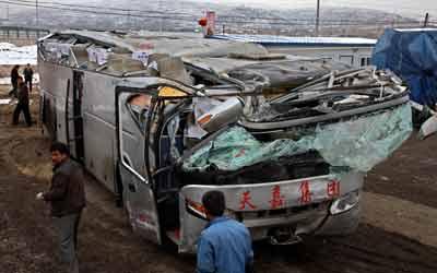 大客车车顶被压扁