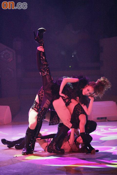 容祖儿以露背装在台上劲歌热舞。
