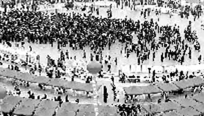 绿城广场到处扎满了招聘人员的篷子。 晚报记者 马健 图