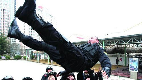 得知王涛成为候选人,战友们将其抛向空中庆祝。