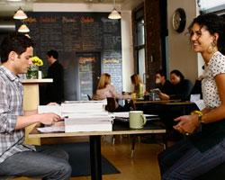 丹和凡妮莎在Communitea咖啡馆