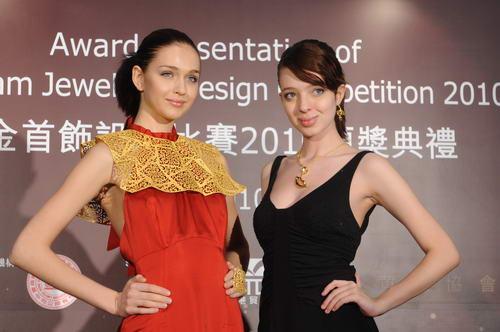"""同日举行由香港珠石玉器金银首饰业商会举办的""""足金首饰设计比赛2010""""颁奖典礼。图为模特儿演绎得奖作品。"""