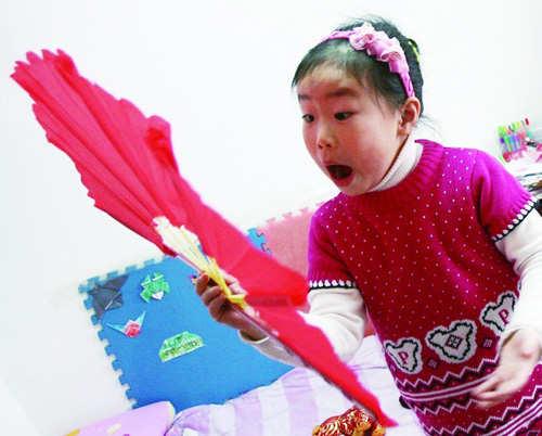 青岛女孩酷爱变魔术 技艺精湛神秘堪超刘谦