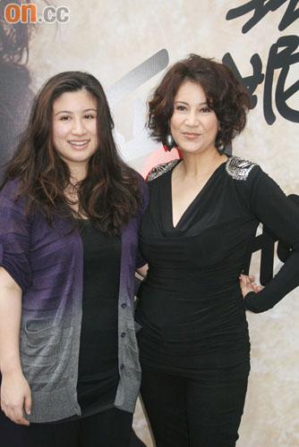 女儿Melody(左)为甄妮设计演唱会战衣
